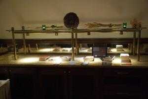 Schön beleuchteter Büchertisch