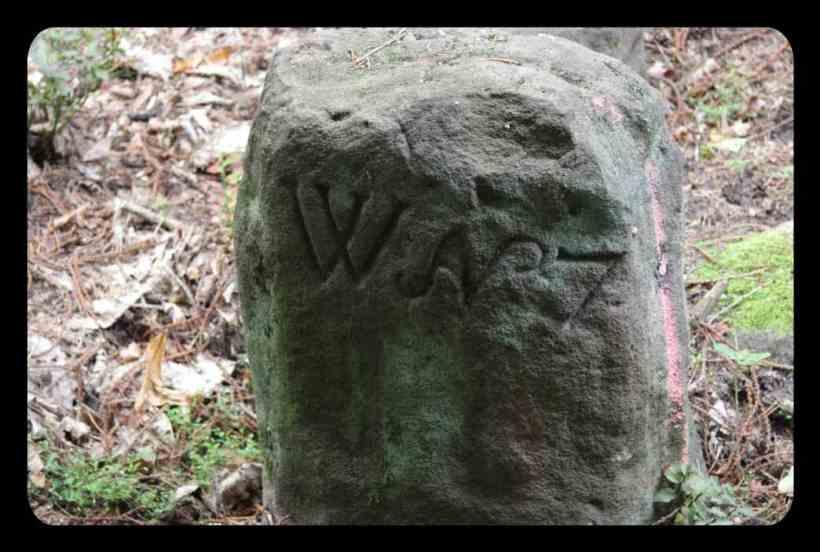 An diesem Stein beginnt und endet die Tour - wohl dem, der wachsamen Auges ist!