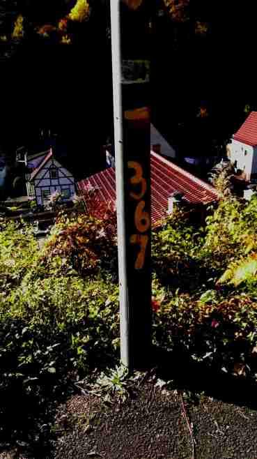 Am Laternenpfosten finden sich Hinweise und die Station 2